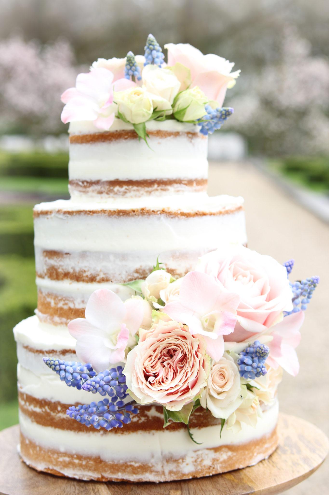 Naked cake Bruidstaart met bloemen