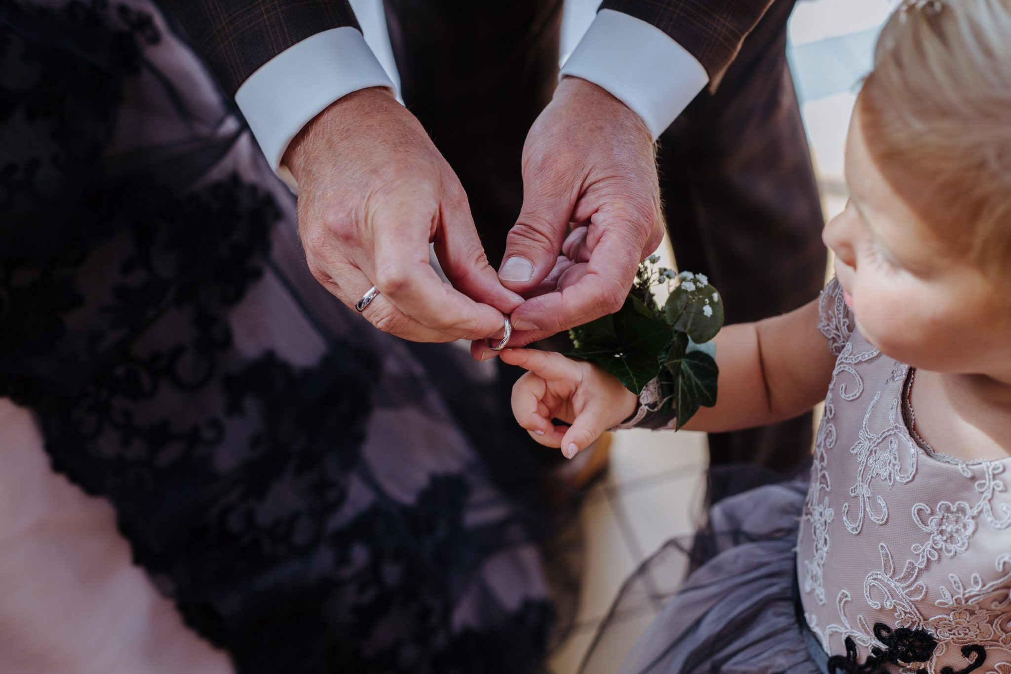 Ringmoment tijdens bruiloft kasteel