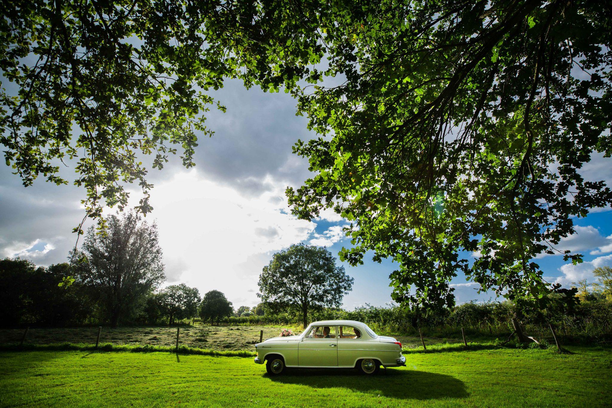 Trouwauto bruidspaar fotoreportage bruiloft