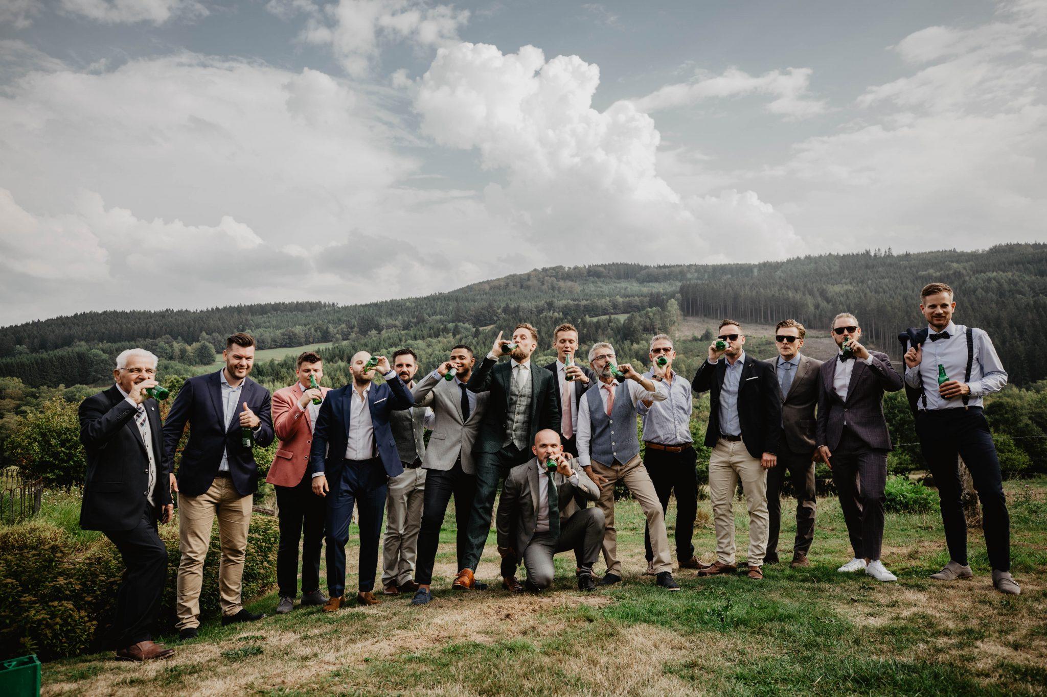Groepsfoto mannen bruiloft