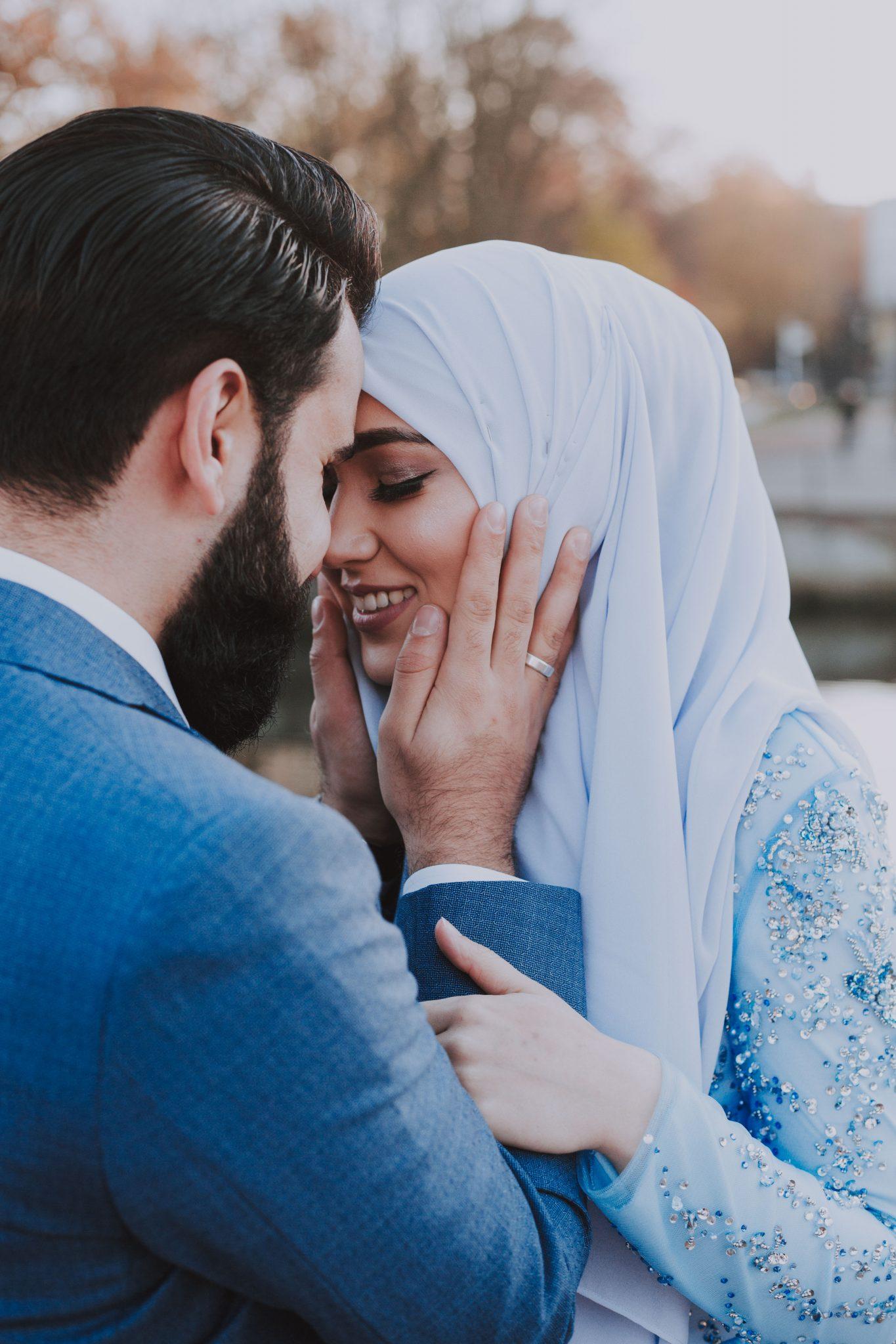 Bruidspaar heeft alleen oog voor elkaar tijdens henna shoot in Amersfoort