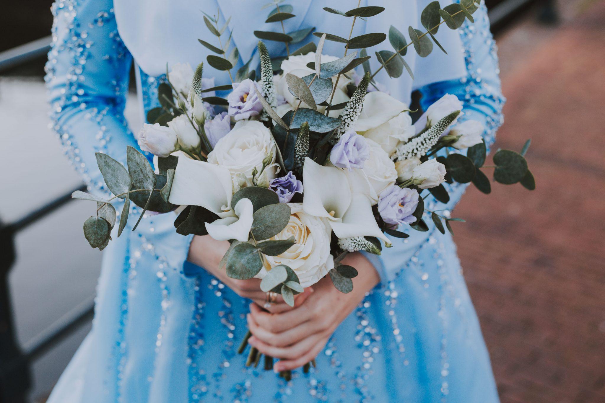 Bruidsfotograaf close-up bruidsboeket met eucalyptus bruid
