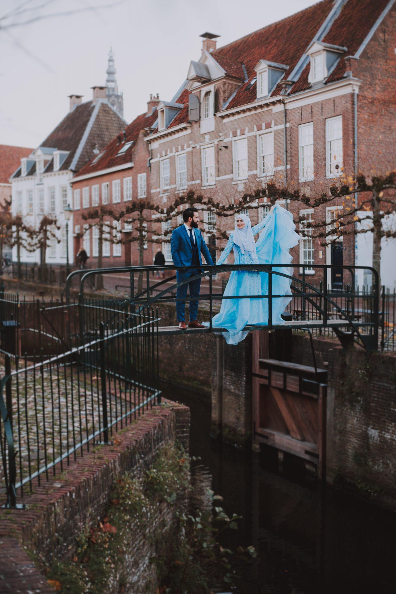 Fotograaf neemt stel mee door de binnenstad van Amersfoort tijdens de fotoshoot
