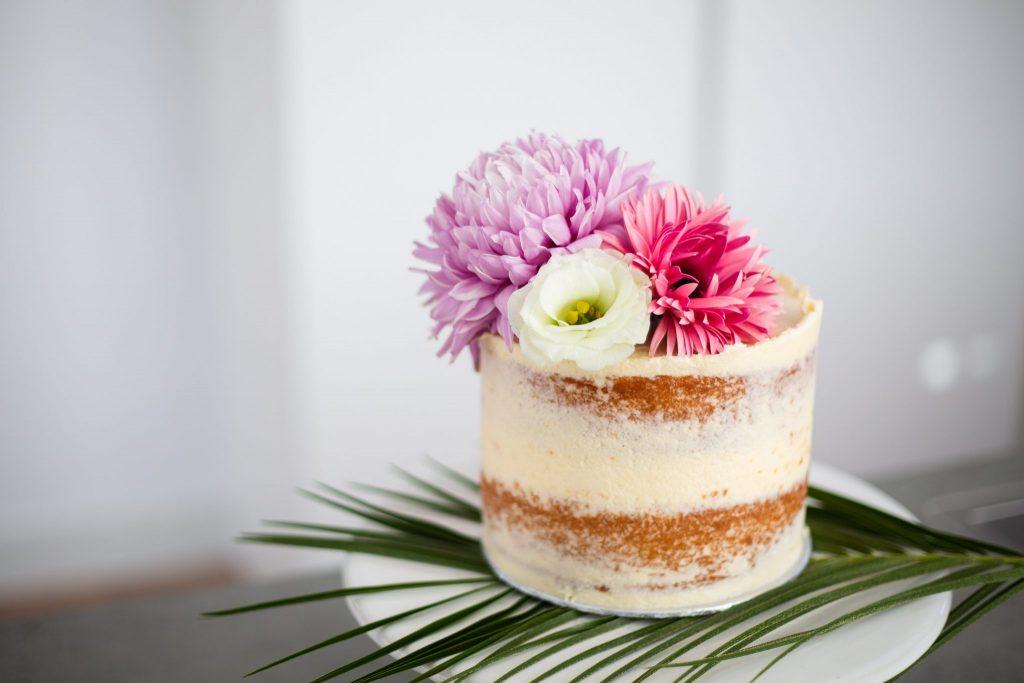 Zomerse bruidstaart bloemen fotograaf