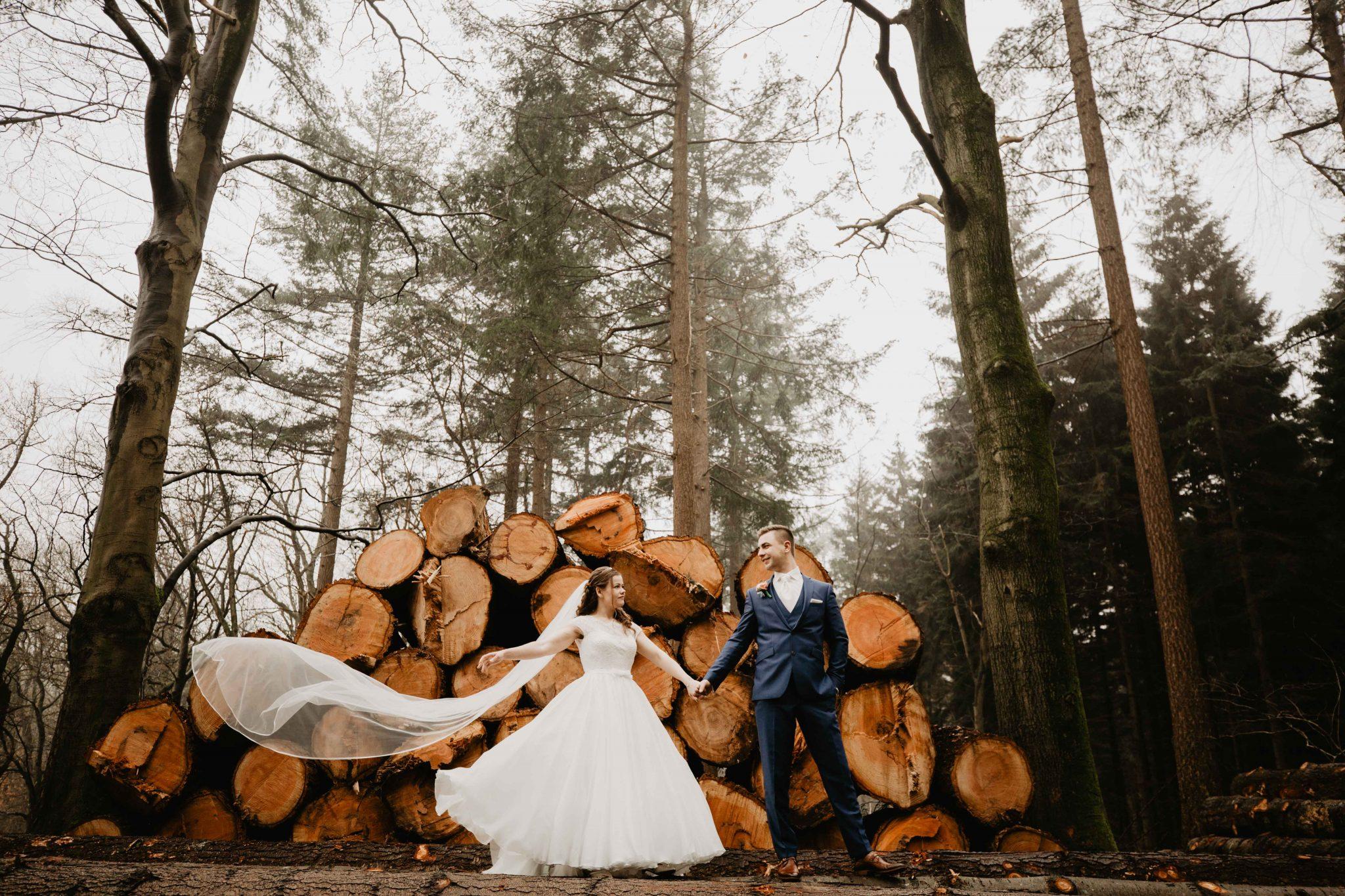 Bruiloft Fotoreportage in het bos met bruidspaar | Bruidsfotografie