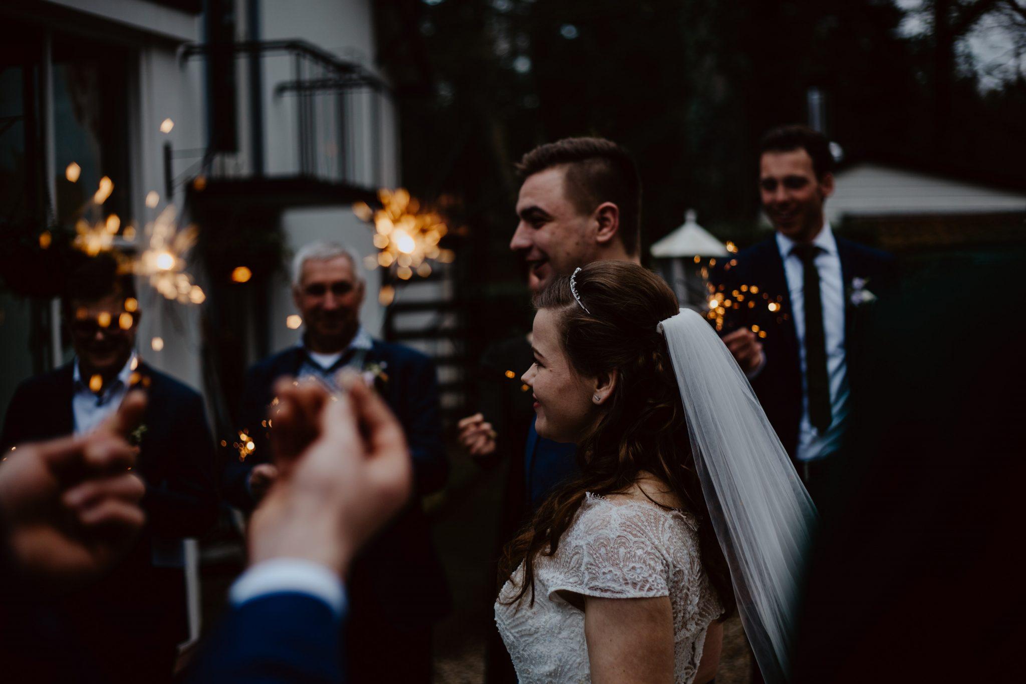 Bruidspaar maakt entree door een haag van sterretjes
