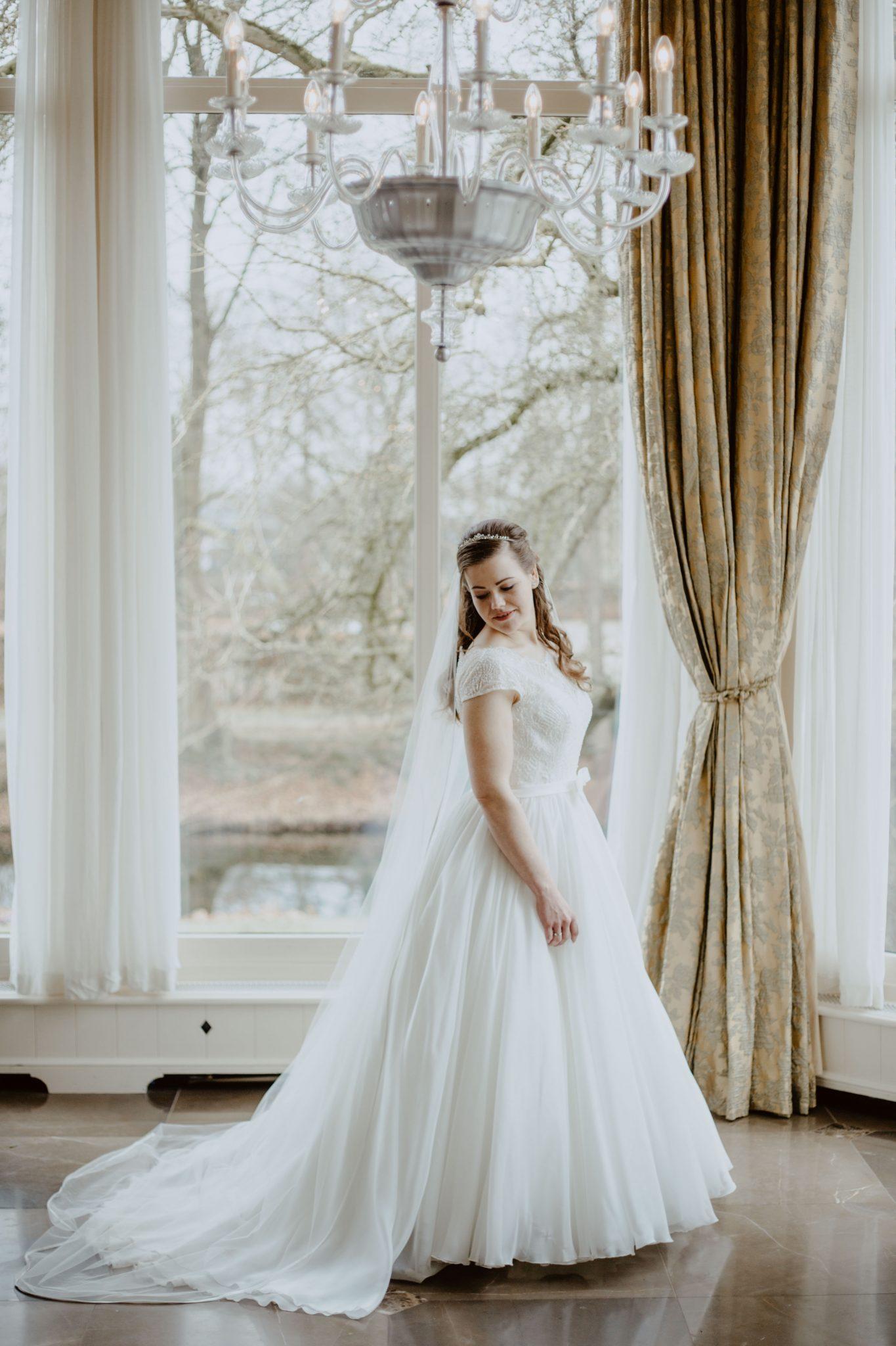 Bruid in trouwjurk in Kasteel de Vanenburg in Putten