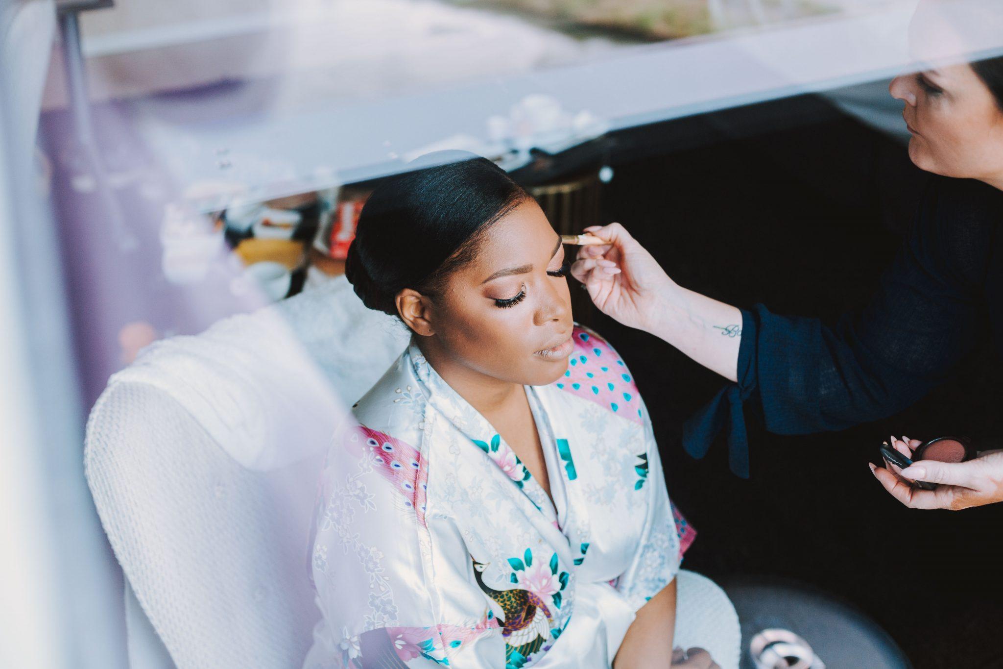 De bruid met Bruidsmake-up op haar bruiloft