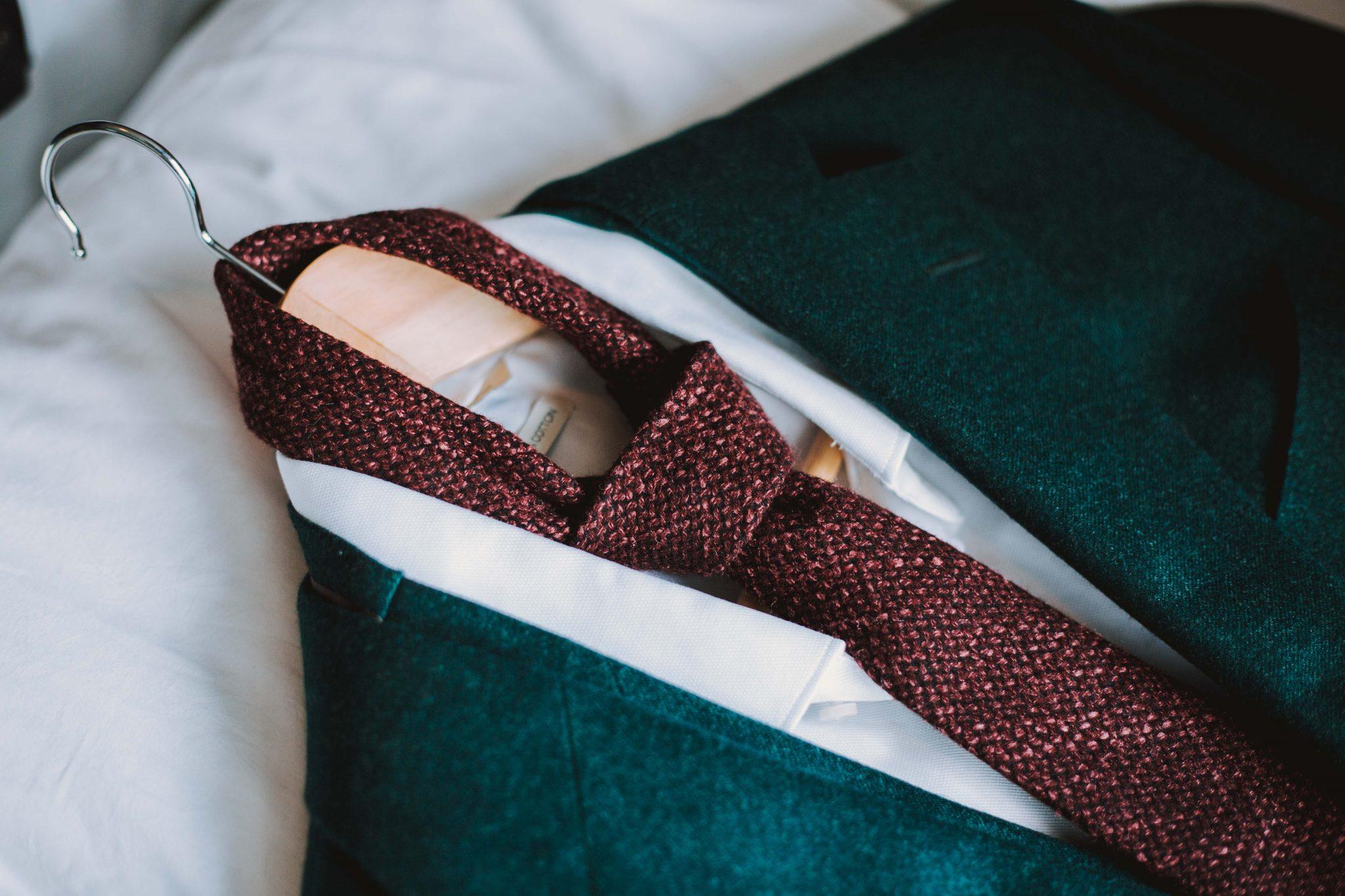 Close-up van het trouwpak van de bruidegom