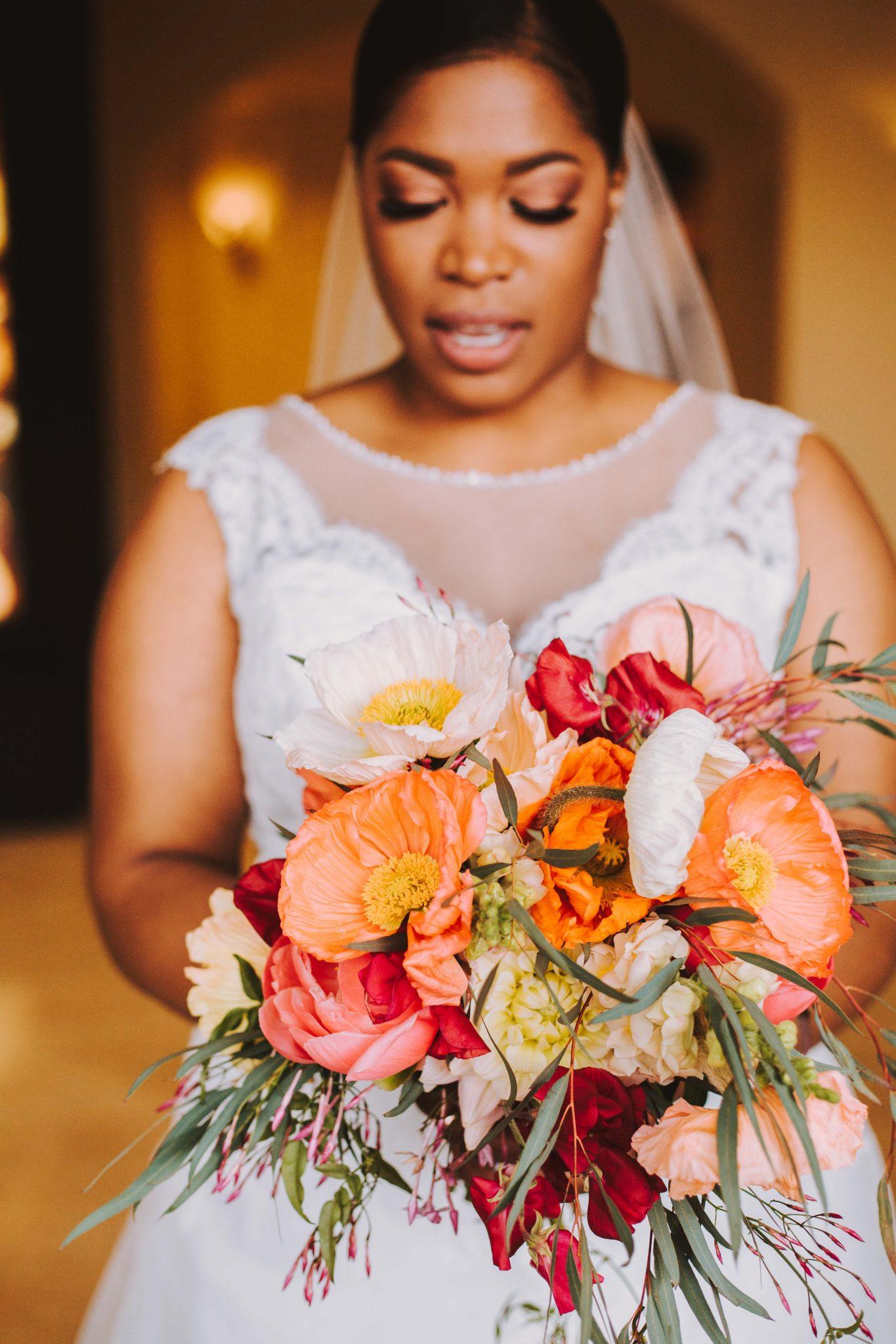 Bruid met een kleurrijk bruidsboeket op de bruiloft | Bruidsfotografie