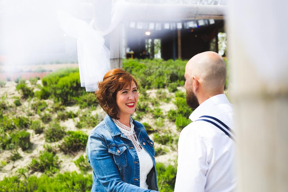 Bruidspaar geeft Ja woord tijdens ceremonie strand bruiloft