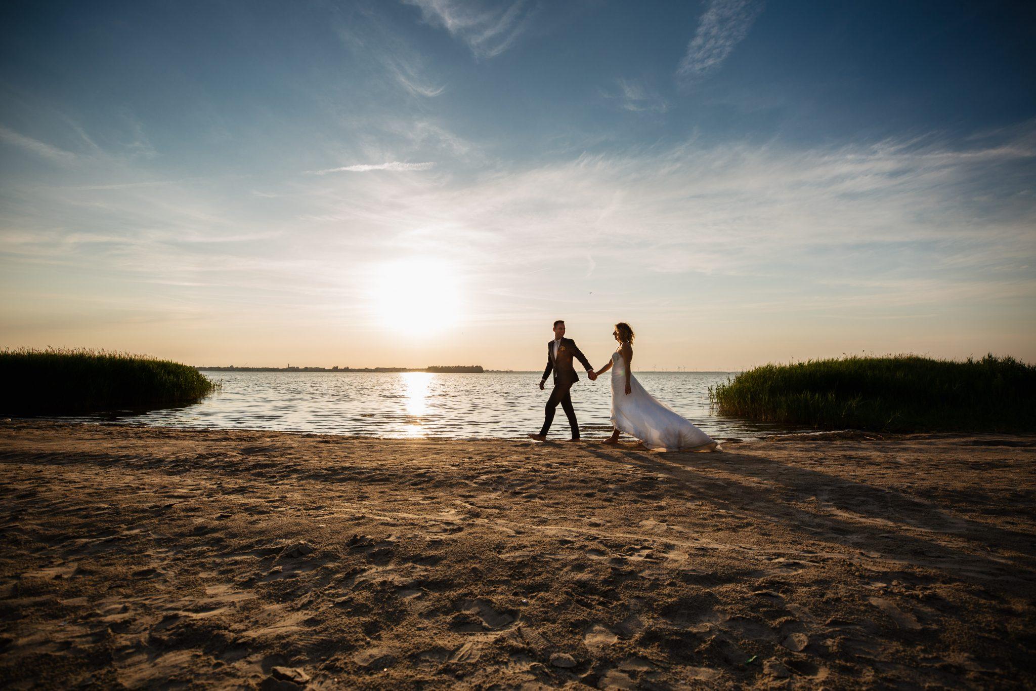Zonsondergang bruiloft Harderwijk op het strand bij Telstar Beachclub