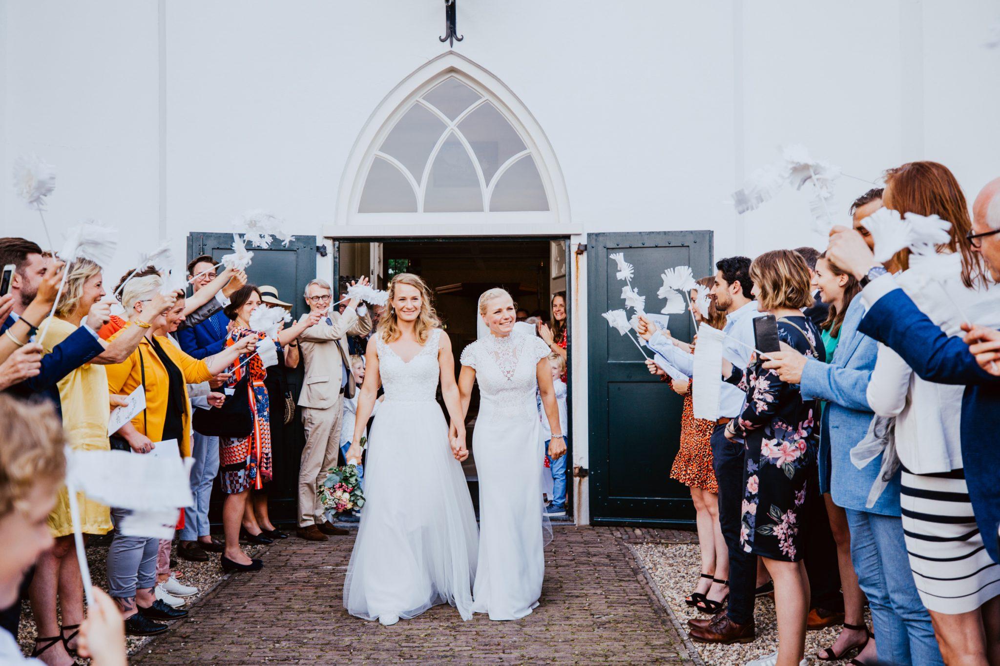 Bruidspaar trouwen in woeste hoeve