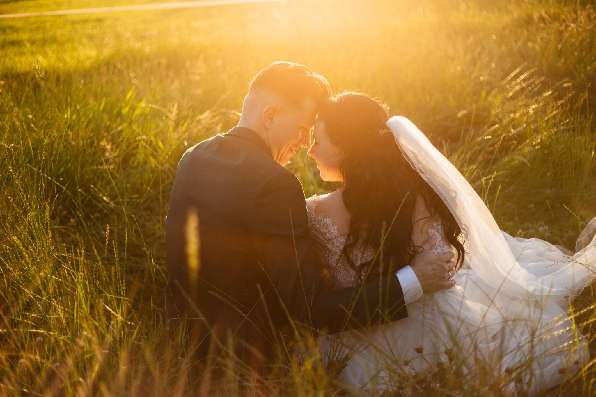 Bruidspaar golden hour fotoshoot Bruiloft in het bos van Leusden