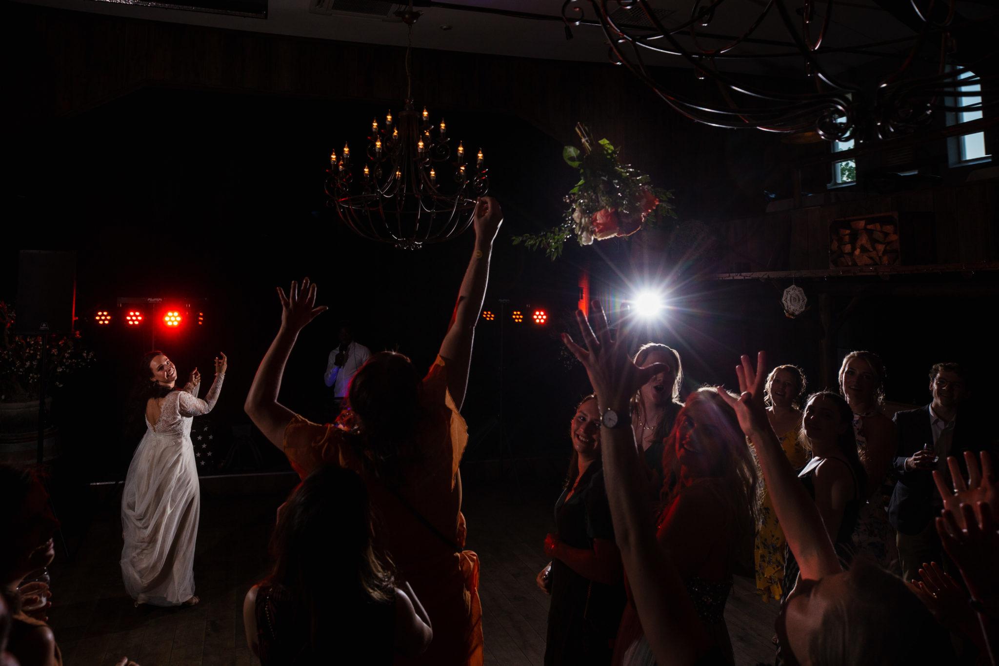 Bruidsboeket gooien Bruiloft in het bos van Leusden