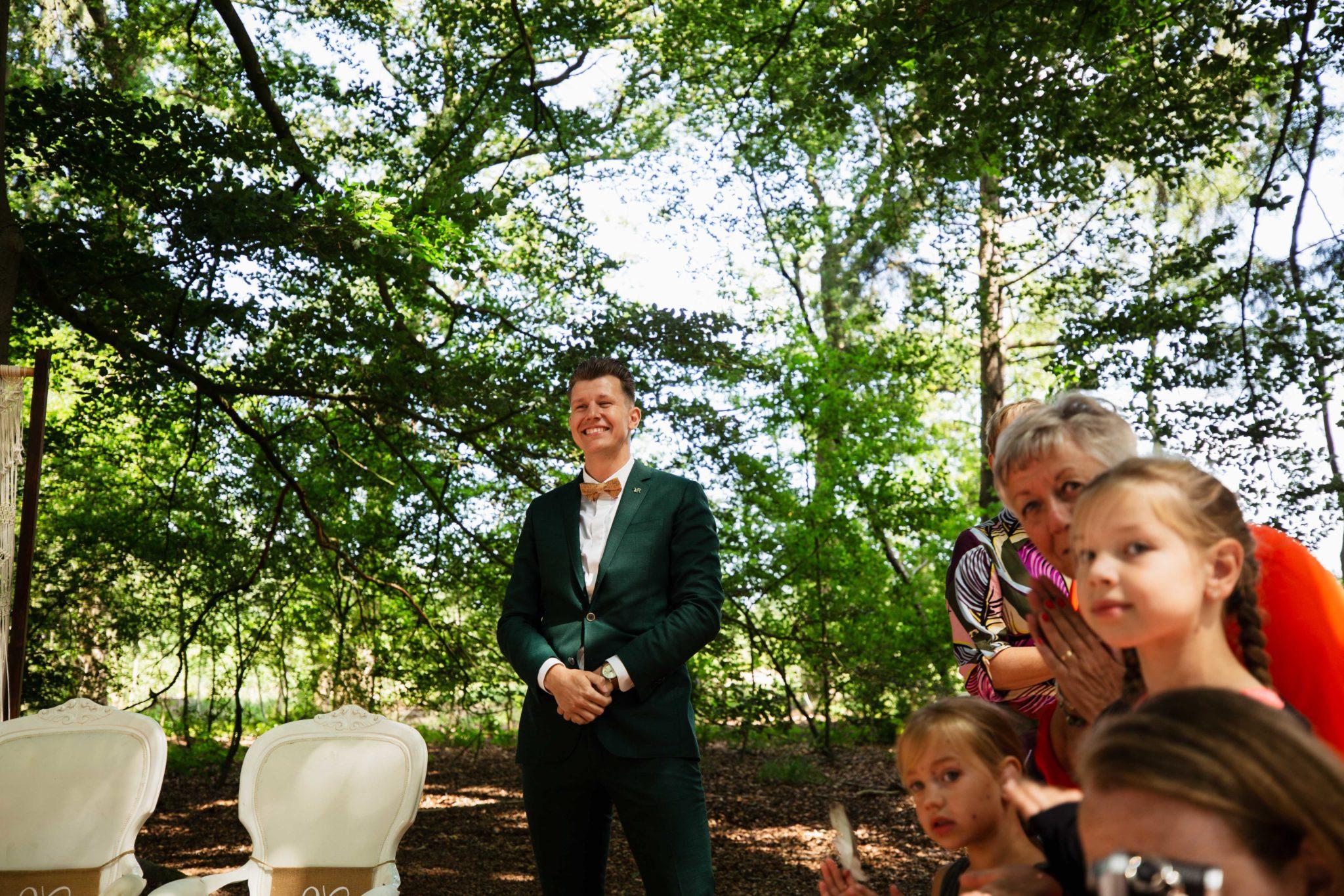 first look bruiloft in het bos
