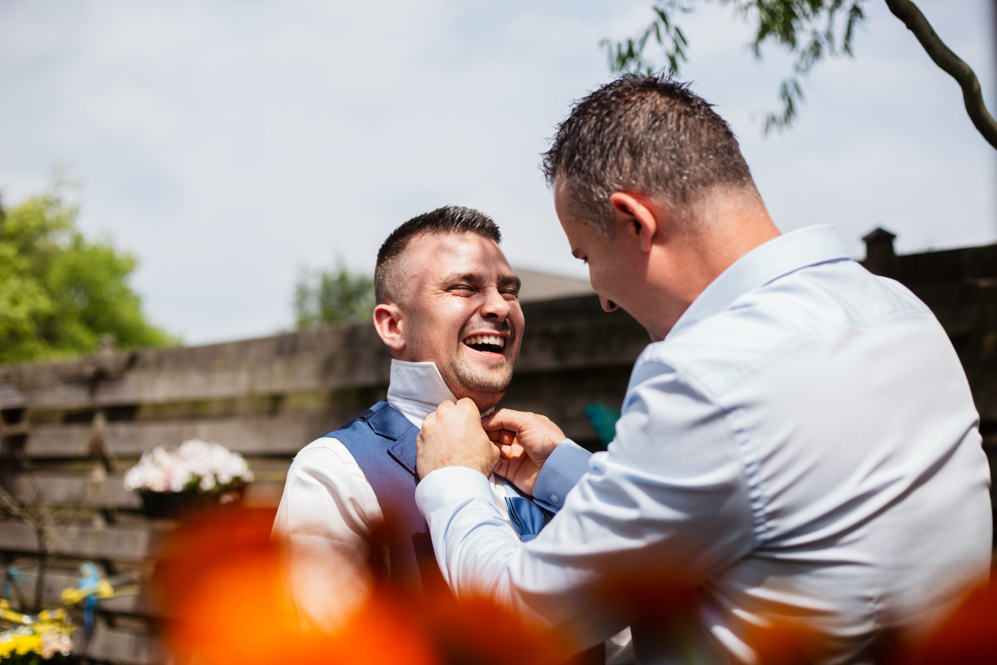 Bruidegom maakt zich klaar voor de bruiloft