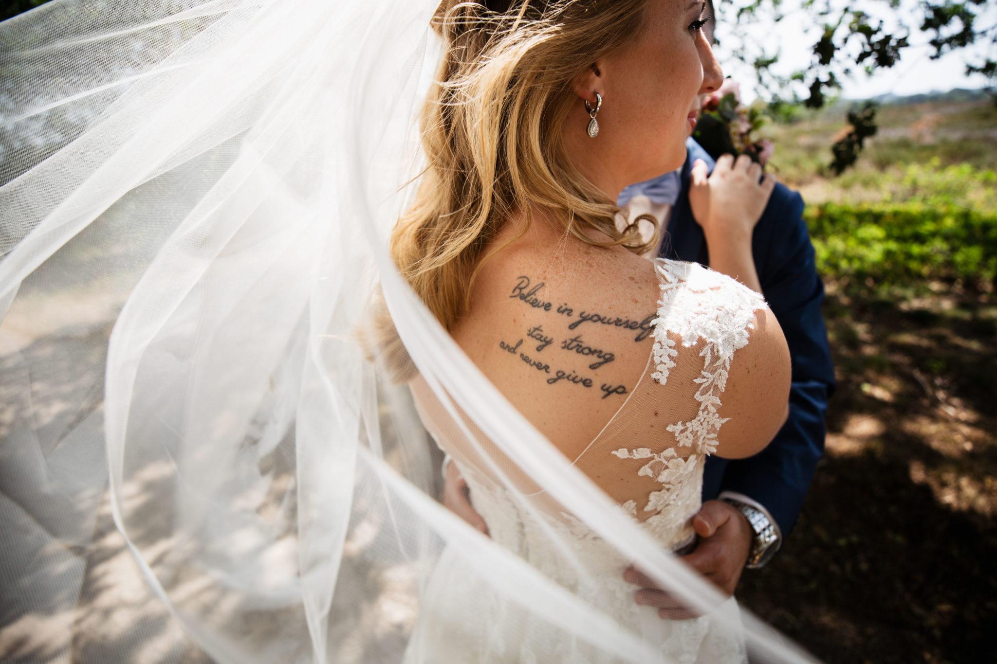 Trouwjurk tattoo bruid fotografie