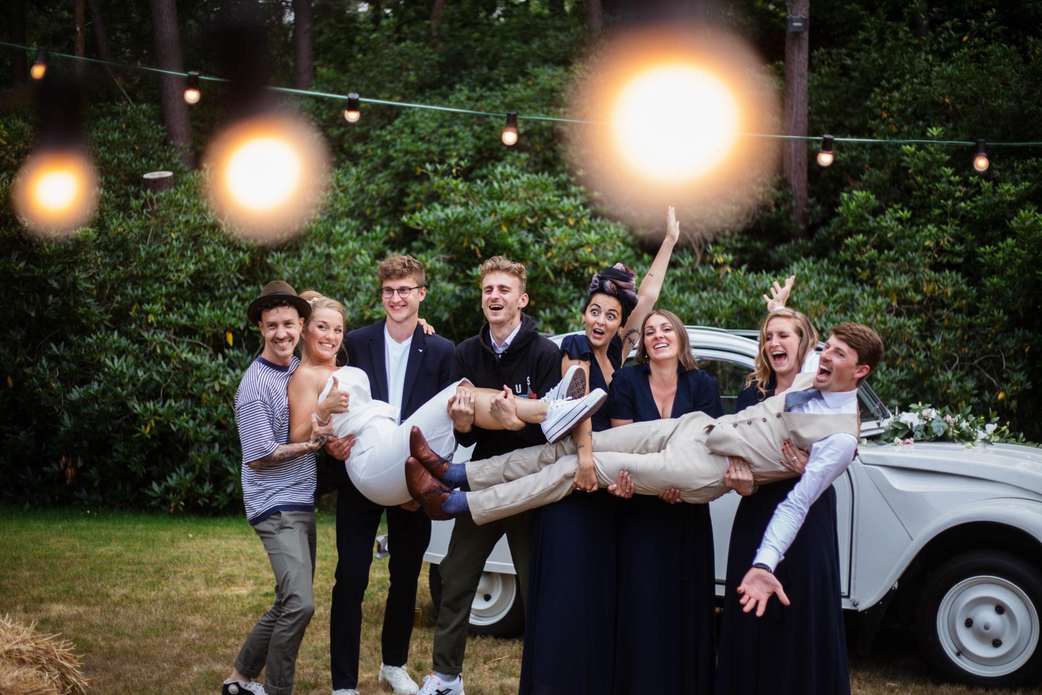 Bruidspaar en vrienden