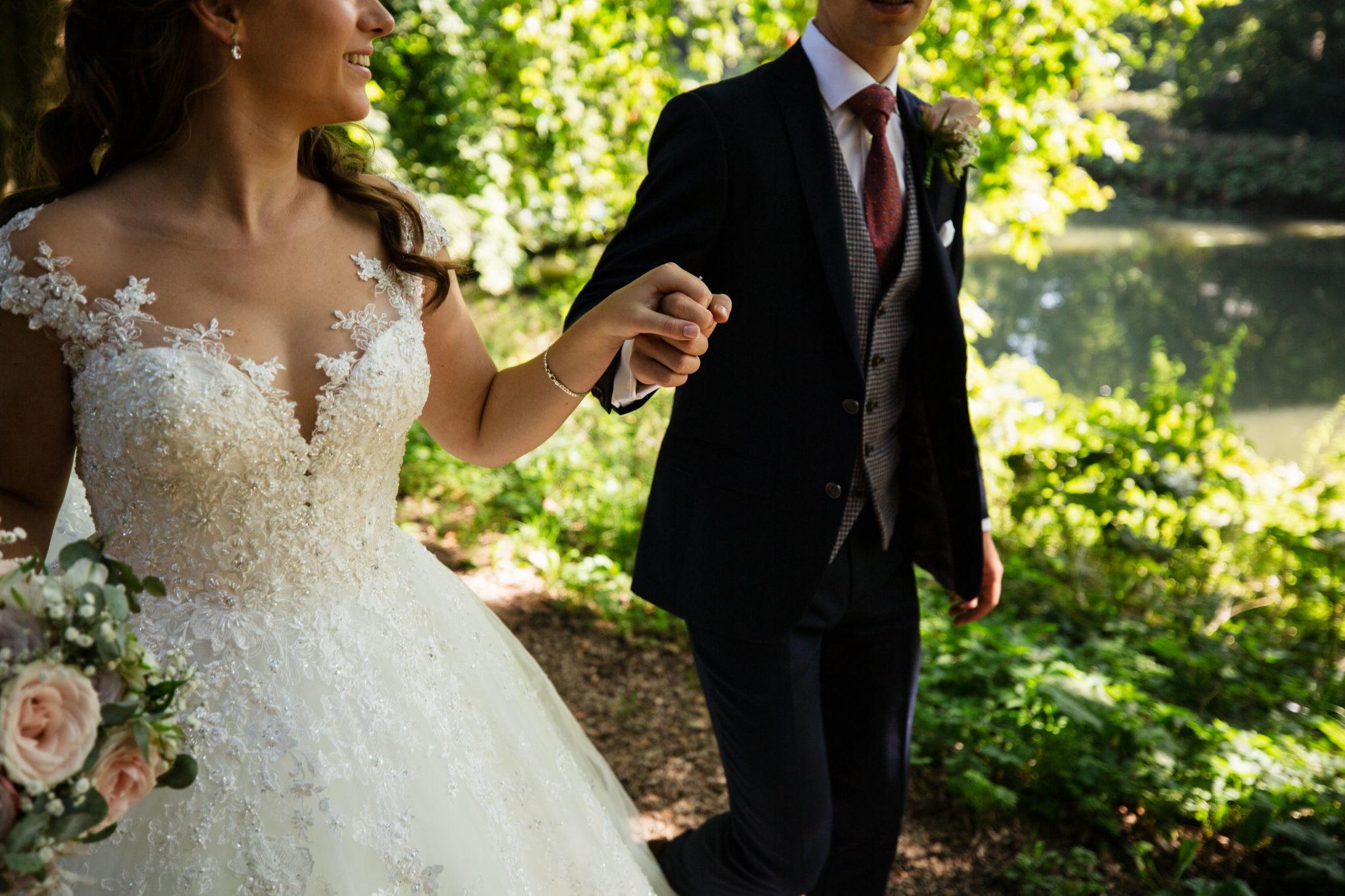 Bruidsjurk en trouwpak