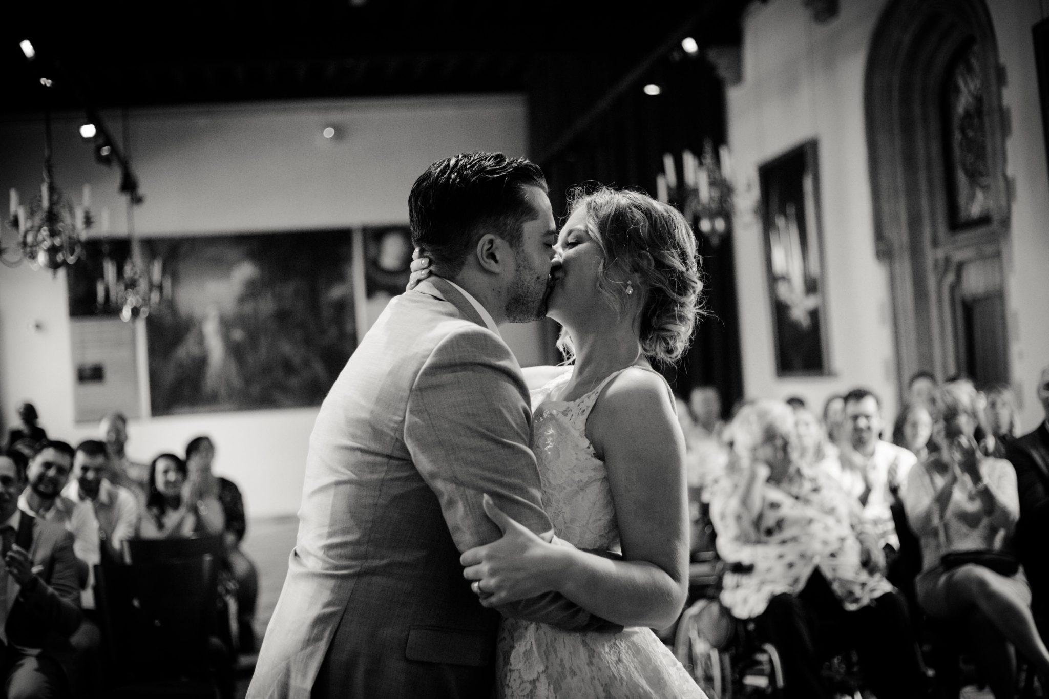 De kus van het bruidspaar tijdens de ceremonie