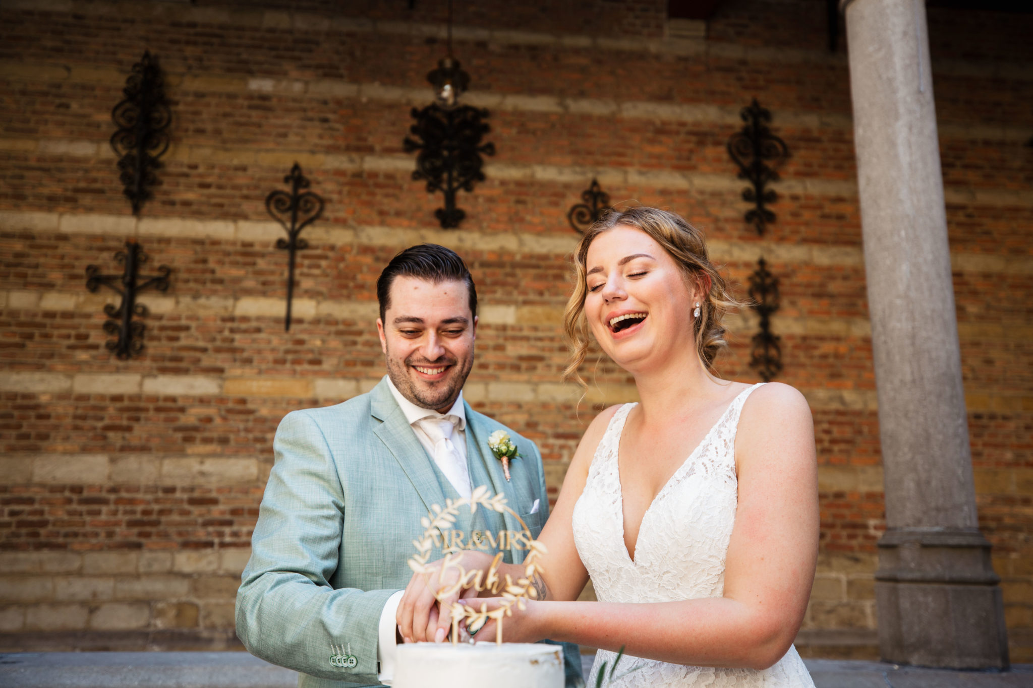 Bruidspaar snijd Bruidstaart aan bij Markiezenhof