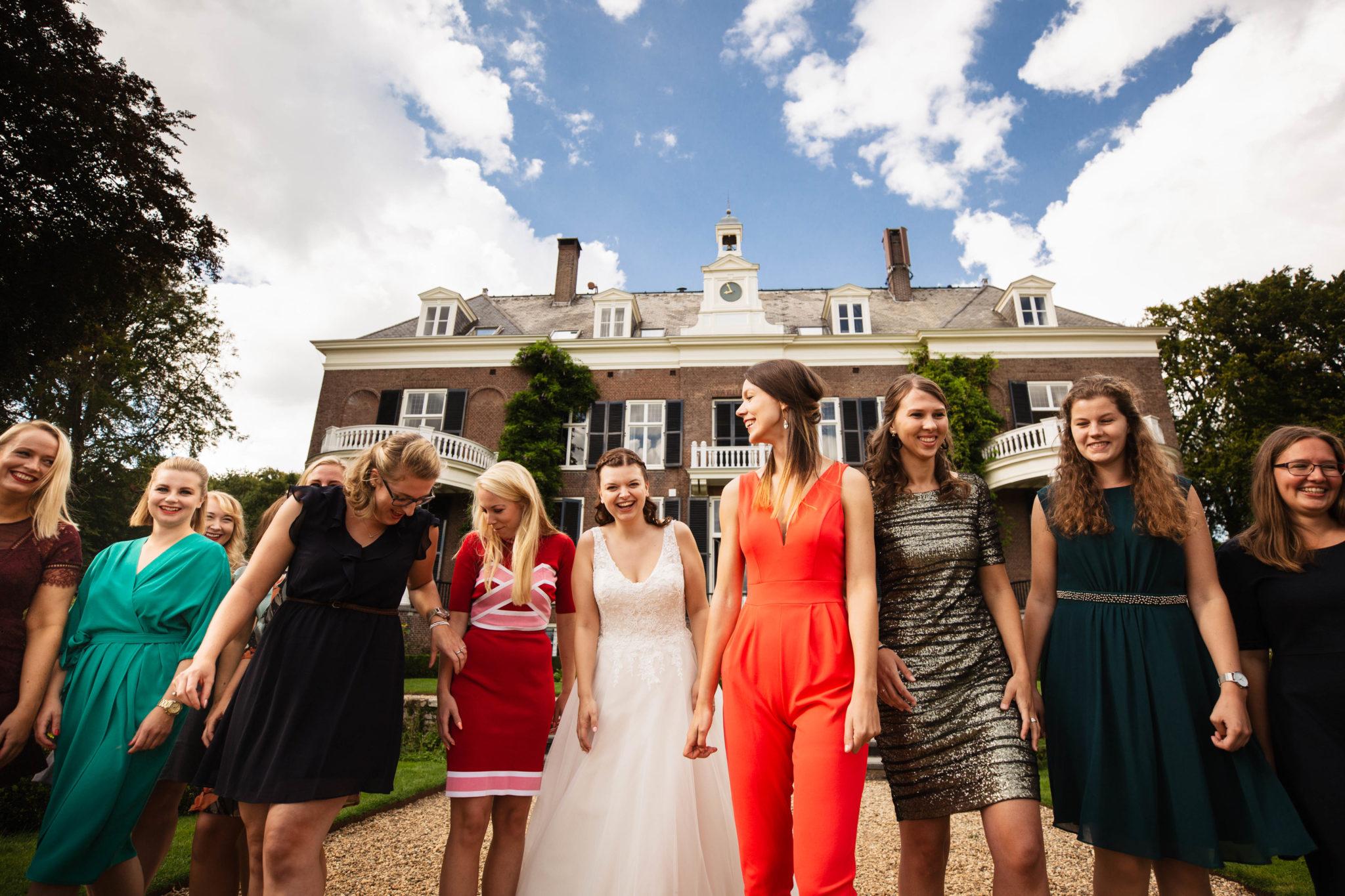 Bruid met bruidsmeiden bruiloft