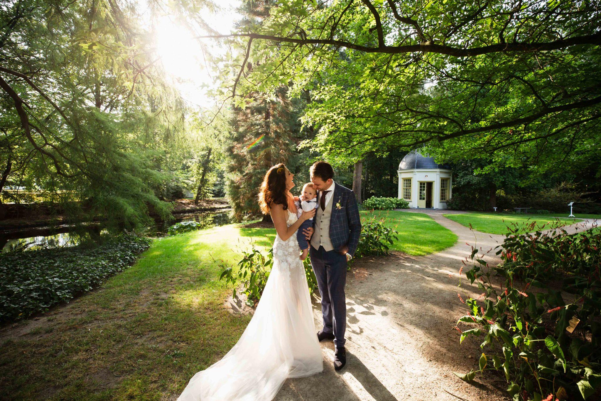 Bruid en bruidegom met baby