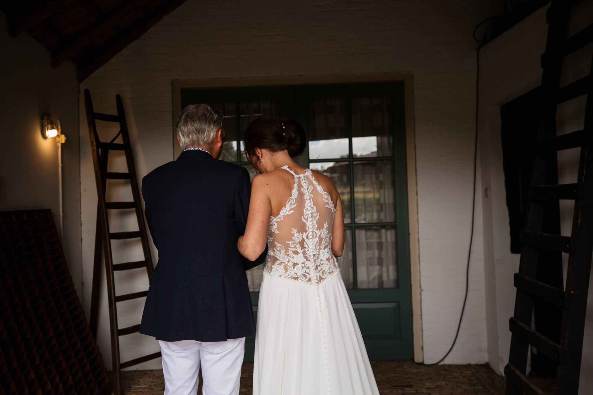 Vader geeft bruid weg ceremonie