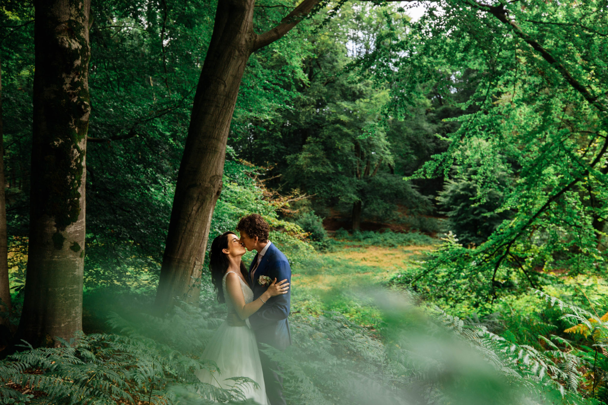 Fotoreportage in het bos op trouwdag