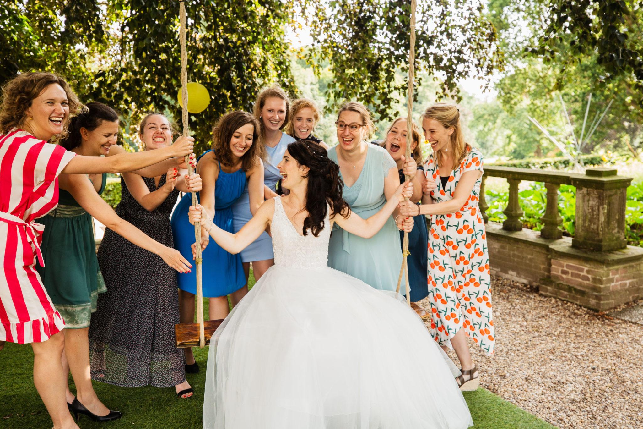 Groepsfoto bruid met vriendinnen