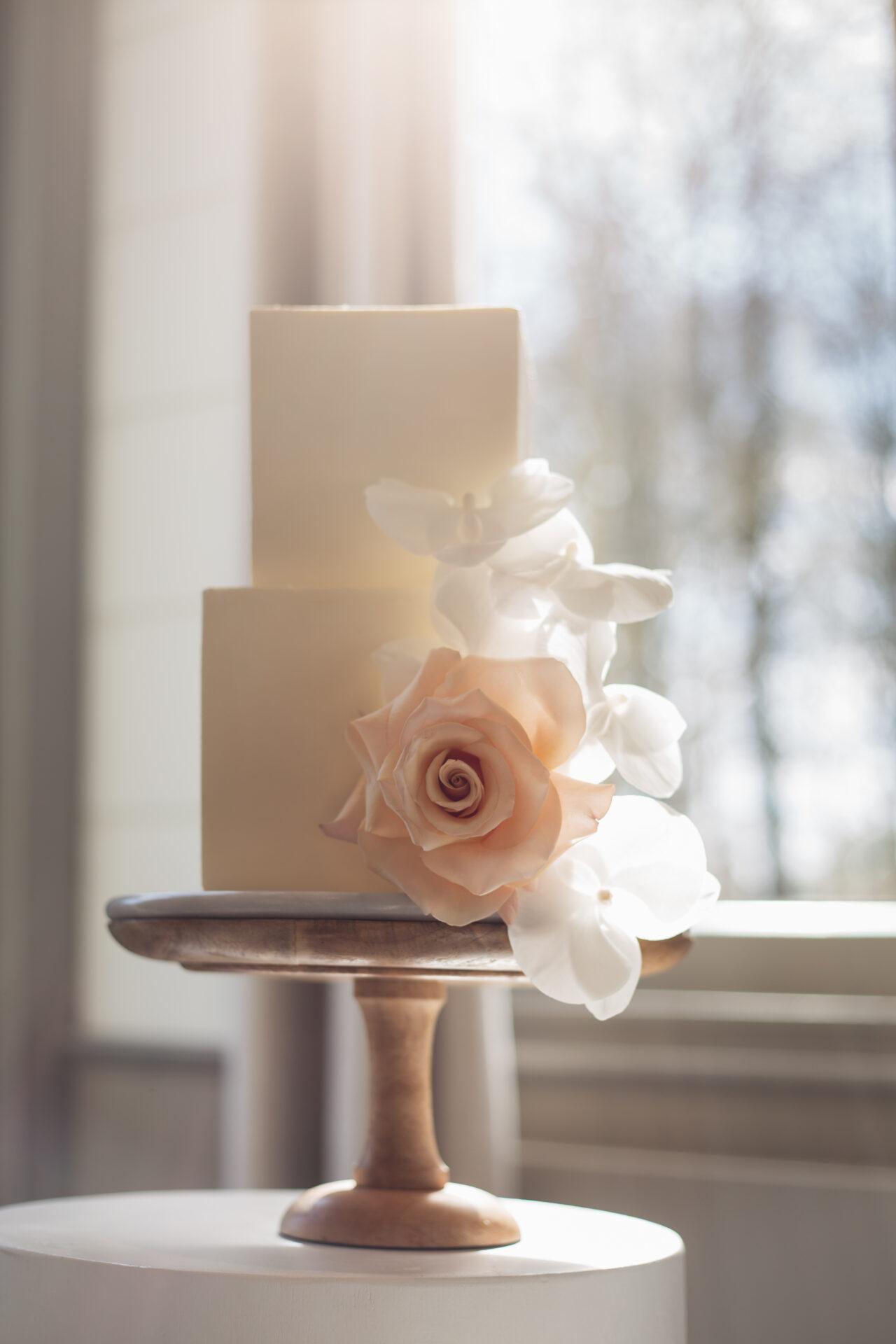 Vierkante bruidstaart met bloemen