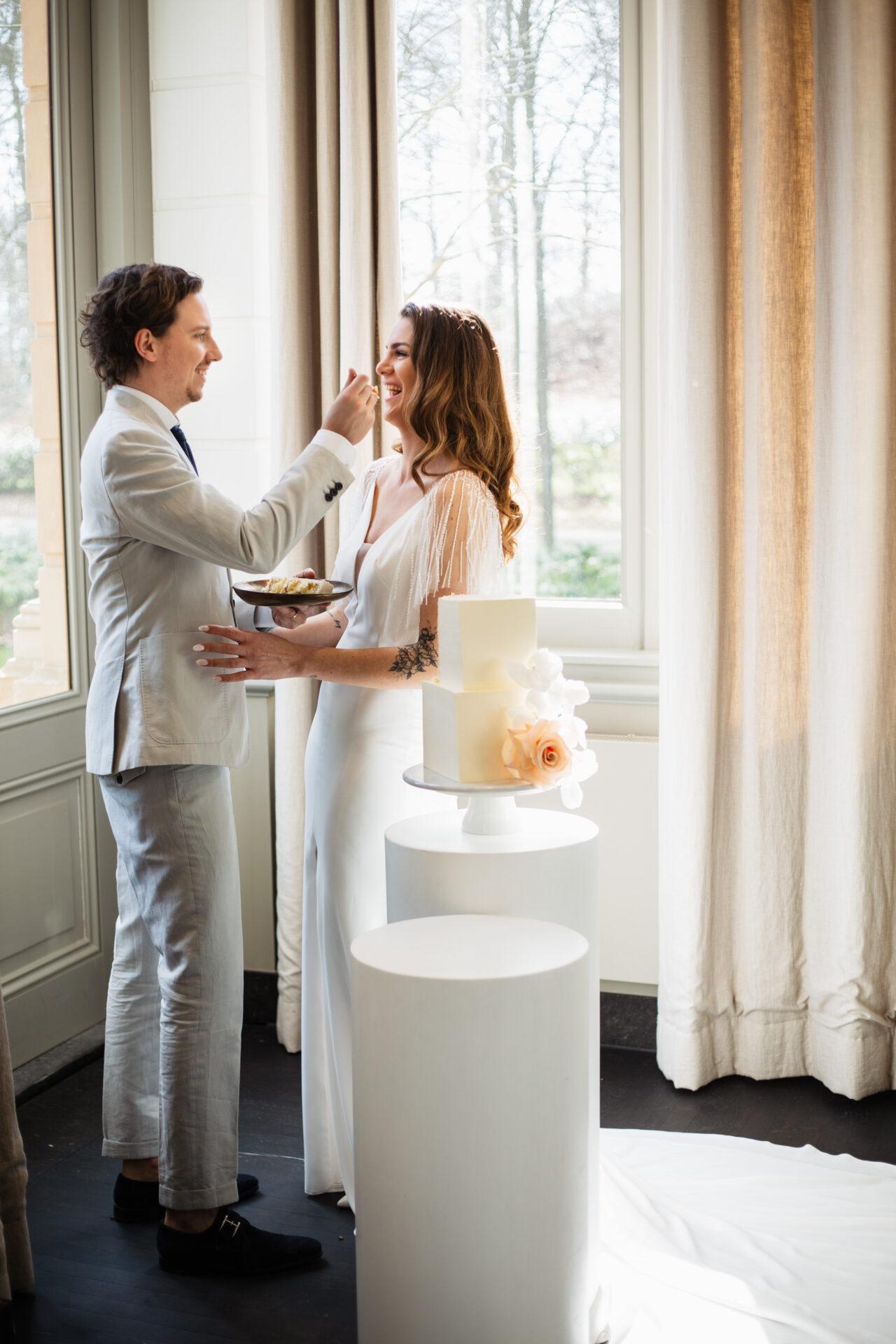 Bruidspaar bruidstaart aansnijden