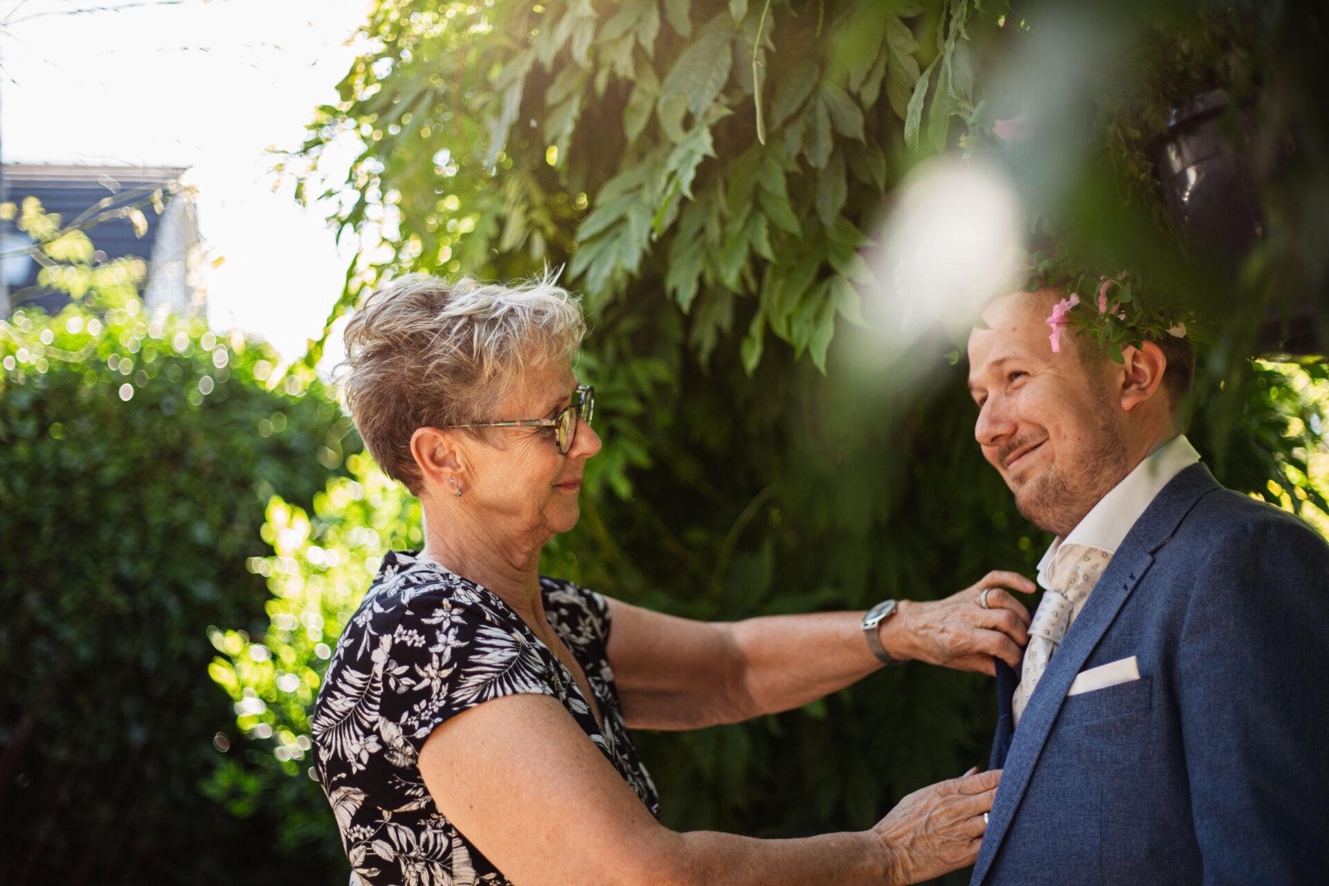Bruidegom maakt zich klaar